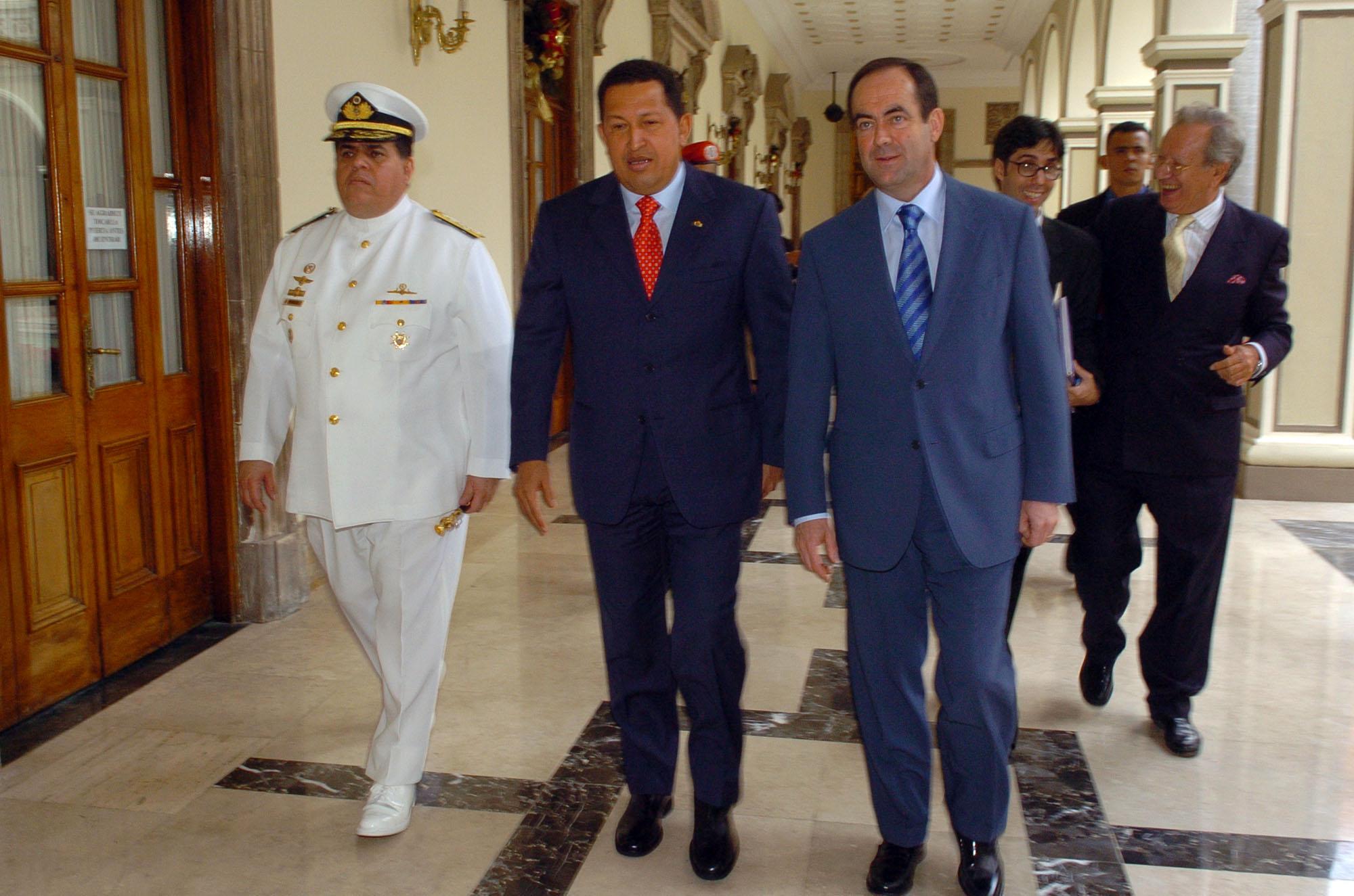 Los ministros de defensa de espa a y venezuela jos bono for Ministros de espana