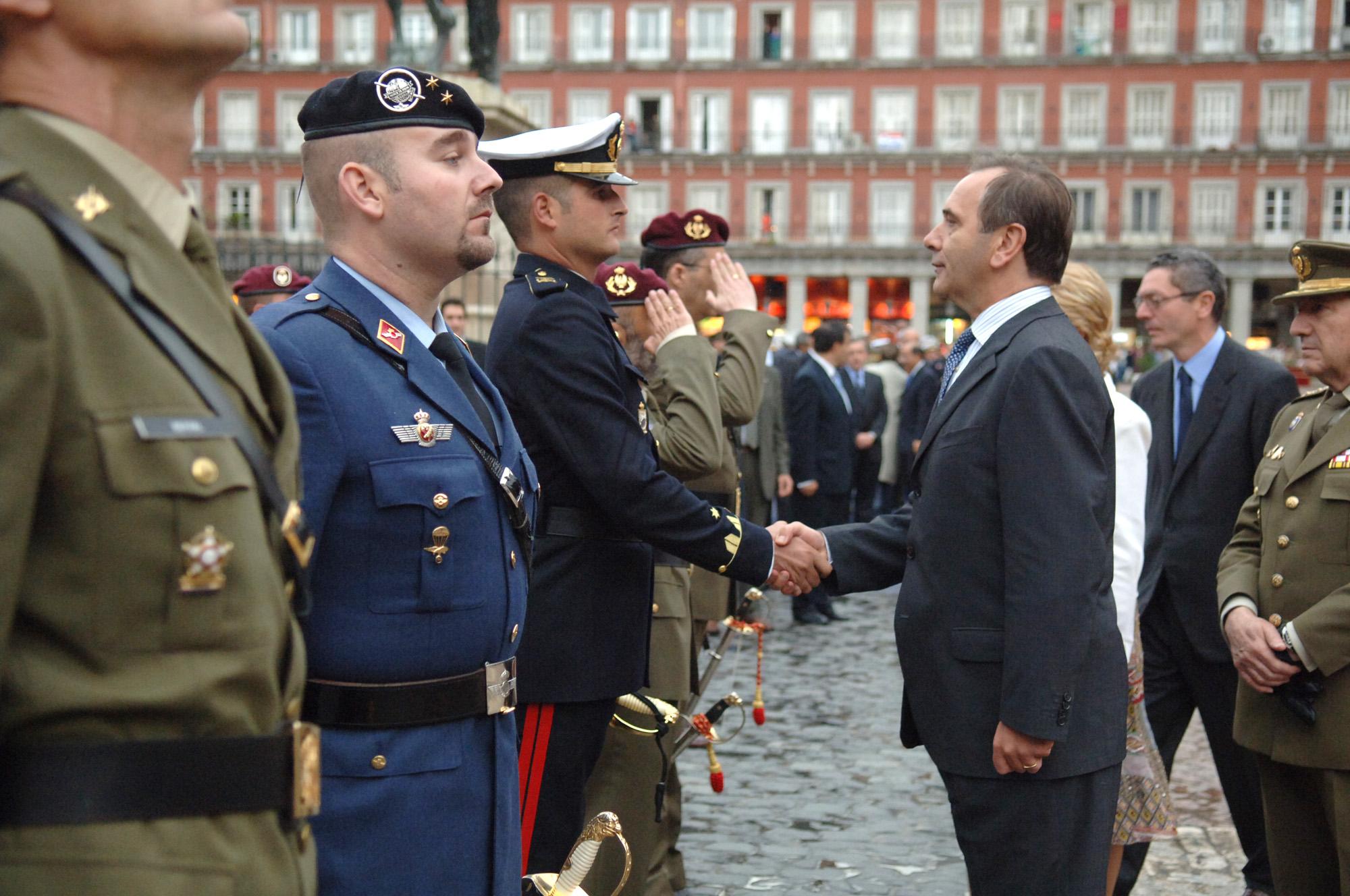 El ministro de defensa jos antonio alonso saluda a los for Ministerio de seguridad espana
