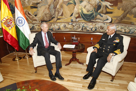 El ministro de Defensa recibe al jefe de Estado Mayor de la Defensa y almirante jefe de Estado Mayor de la Armada de India