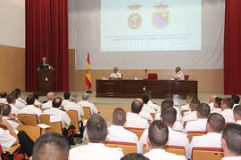 El ministro de Defensa, Pedro Morenés,se dirige a los nuevos alumnos en el salón de actos durante la inauguración del curso